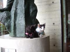 銅像の前で