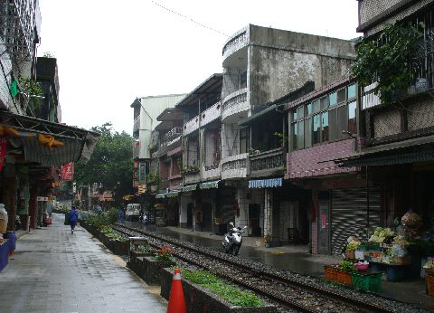 十分駅と線路際の家