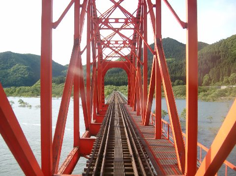 錦秋湖と赤い橋