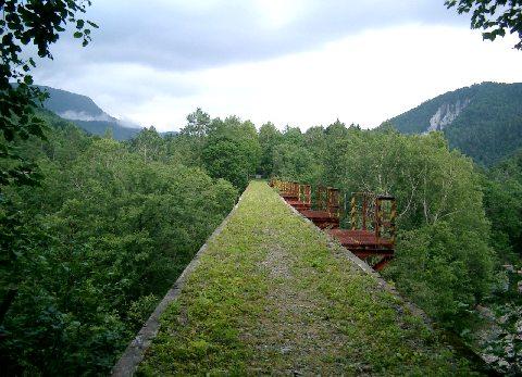 付近のアーチ橋(旧線路に沿って撮影)