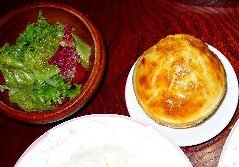 サラダ・パン生地の乗ったスープ