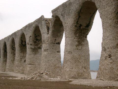 水がない時期のタウシュベツ橋梁