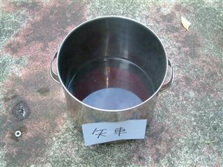 煮出した矢車の染液
