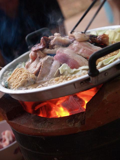 炭火焼肉で煮る即席めん