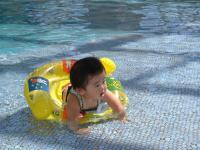 プールでルンルン
