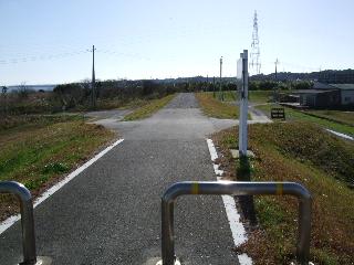 サイクリングロードは突然砂利道に