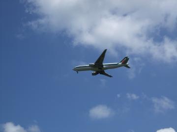 飛行機は風に向かって 離着陸します