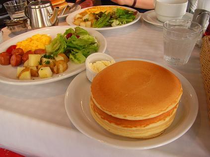 ミールセット(手前:ソーセージ・サラダ・ポテト・スクランブルエッグ)(奥:枝豆とコーンのオムレツ)