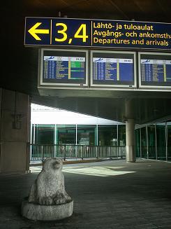 ヘルシンキ空港では熊がお出迎え