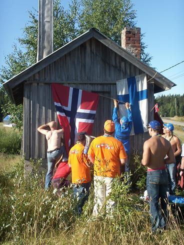 ノルウェー人と現地フィンランド人がサウナに旗の掛けっこ