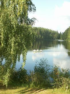 宿泊所のすぐ裏手は美しい湖