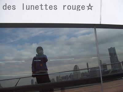 窓に映り込むみなとみらい&赤メガネ☆