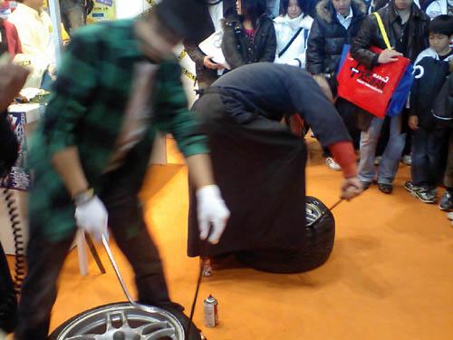 頑張れば人力でタイヤは外せます。一応。