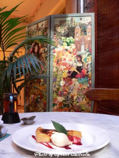 Queenscliff Hotel ー素敵な絵の下でケーキ