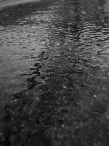 雨の流れるコンクリート