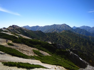 燕岳から見た燕山荘と稜線090921