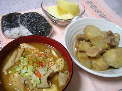 081127モツ煮、鶏肉と大根と里芋の煮物、ごま塩おにぎり、りんご