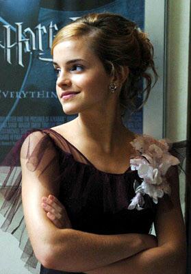 Emma_Watson-Drinking-Beer2.jpg