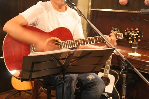 ライブを企画する知人の歌と演奏