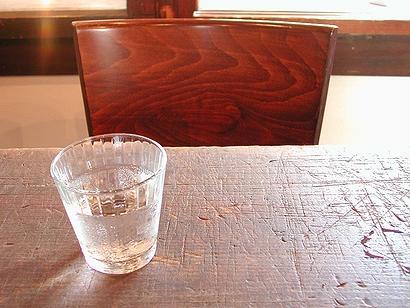 テーブルと水