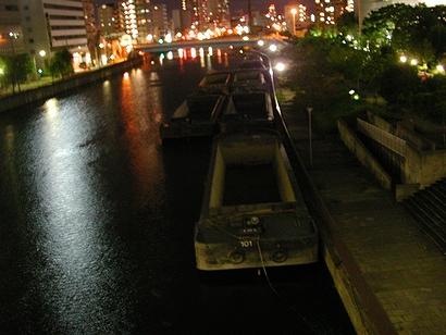 京橋を流れる川