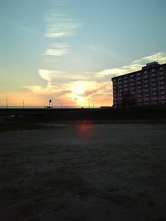 夕陽とウネる雲