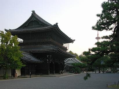 門がご立派。遠く京都タワー。