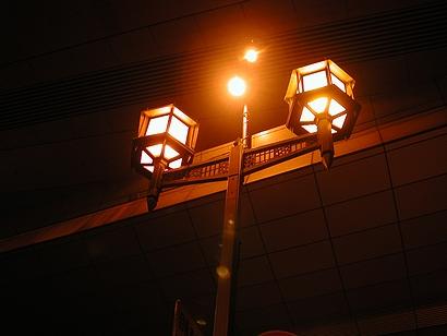 高速の下の街灯
