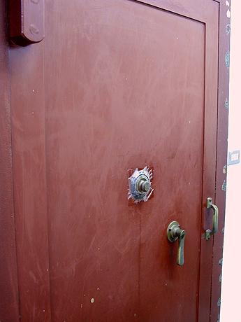 ドアもベルも古い