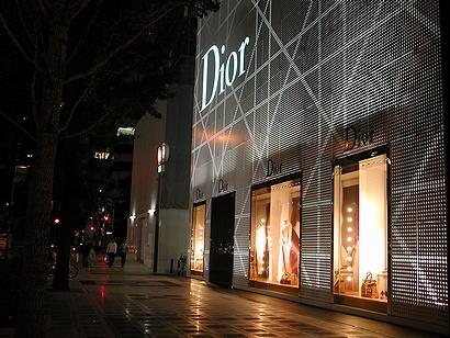Diorの建物は夜になると綺麗です(本文と無関係)