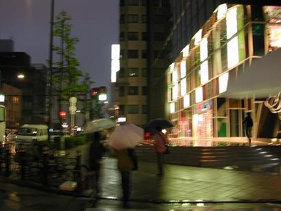 雨やからまずは傘やね