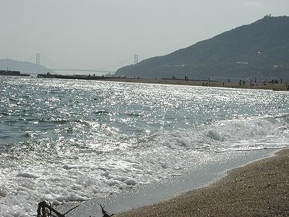 遠く明石海峡大橋が見える
