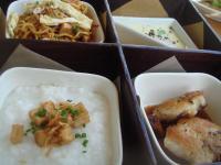 和食のBENTO BOX。お粥、鶏の照り焼き、茶碗蒸し、ミーゴレンの4品。バリ&日本のMIXアレンジが面白い。楽しい朝食になります。