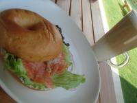 頼んだのはサーモン。パンはおまけ。でもぜんぶ一緒に食べるのが美味しい★カフェラテはホット。冷たいと思ったら熱かったヽ(´Д`;≡;´Д`)丿 でも美味しい~