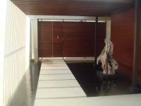 パビリオンの入口(中からの写真)もはや木の門!最初は扉とわかりません。
