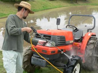 トラクターの洗浄作業