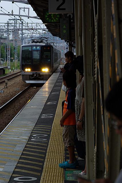 鉄骨の隙間で電車を待つ
