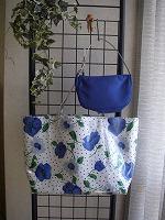 白地花柄コーティングトートバッグとミニバッグ