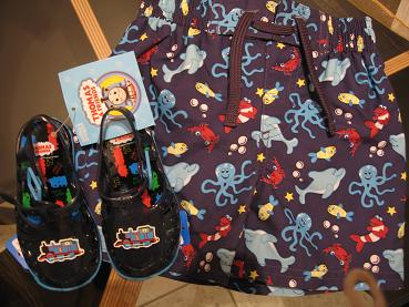 今日買ってきた、赤ちゃん水着とサンダル。10パーセント割引のクーポンを持っていたので、Marks&Spencerで買いました。