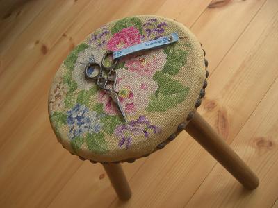 刺繍椅子とハサミ