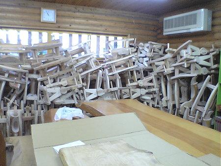 積み上げられた木馬