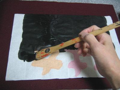 作品の裏に墨を…