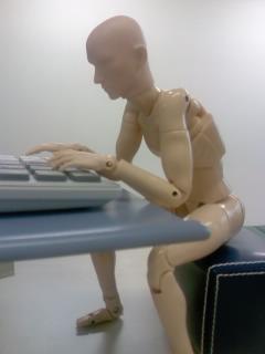何故パソコンを使っていると肩が凝るのか?