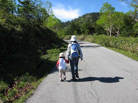 ママと一緒に車道歩き