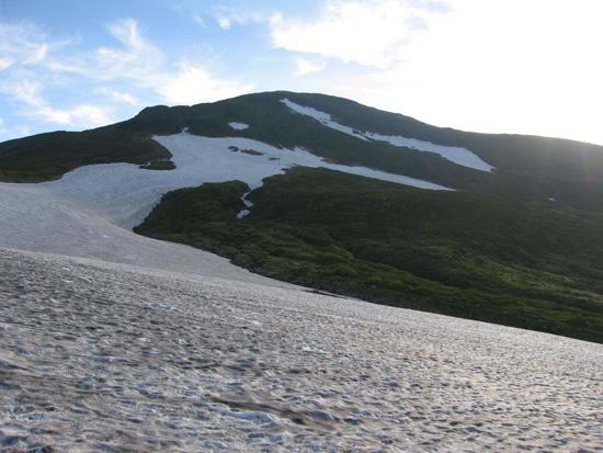 雪渓と鳥海山