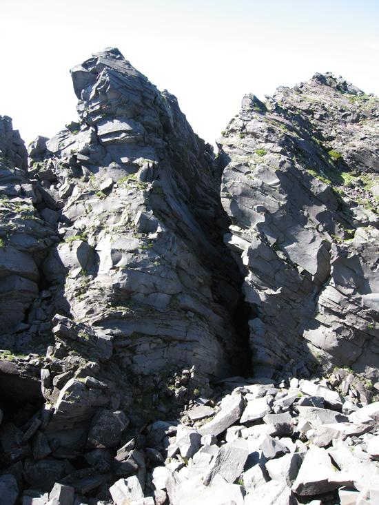 岩の間を行きます