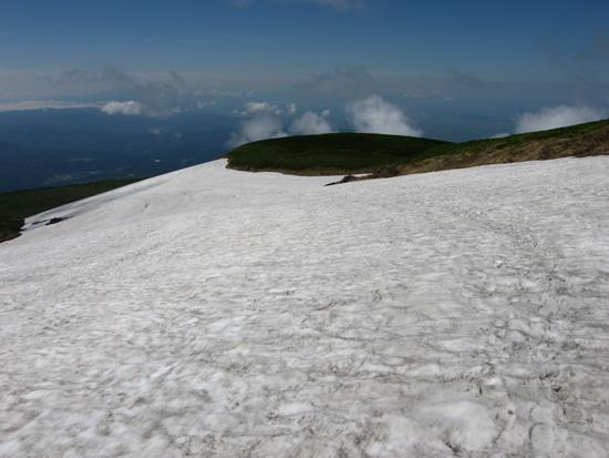 雪渓を進む