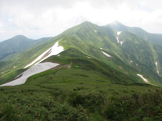西朝日岳の中腹から振り返る