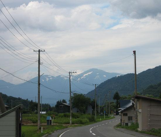 車道から見た月山