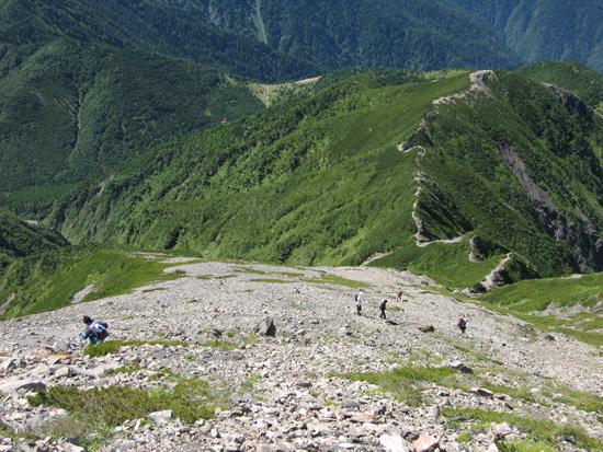 下山する登山者たち